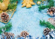 与圣诞节decorations.christmas装饰的圣诞节背景与在蓝色闪烁的background.neon作用的蓝色丝带 花卉装饰 背景看板卡祝贺邀请  定调子 免版税库存图片