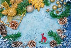 与圣诞节decorations.christmas装饰的圣诞节背景与在蓝色闪烁的background.neon作用的蓝色丝带 花卉装饰 背景看板卡祝贺邀请  定调子 图库摄影