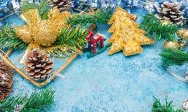 与圣诞节decorations.christmas装饰的圣诞节背景与在蓝色闪烁的background.neon作用的蓝色丝带 花卉装饰 背景看板卡祝贺邀请  定调子 免版税库存照片