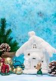 与圣诞节decorations.christmas装饰的圣诞节背景与在蓝色闪烁的background.neon作用的蓝色丝带 花卉装饰 与一个雪白冬天家的蓝色背景 圣诞节 免版税库存照片