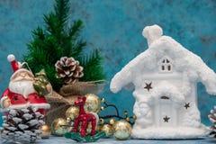 与圣诞节decorations.christmas装饰的圣诞节背景与在蓝色闪烁的background.neon作用的蓝色丝带 花卉装饰 与一个雪白冬天家的蓝色背景 圣诞节 免版税库存图片