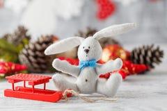 与圣诞节decorations.christmas装饰的圣诞节背景与在蓝色闪烁的background.neon作用的蓝色丝带 免版税库存图片