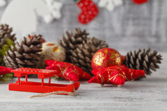 与圣诞节decorations.christmas装饰的圣诞节背景与在蓝色闪烁的background.neon作用的蓝色丝带 图库摄影