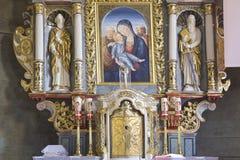 与圣洁家庭的教会内部 图库摄影