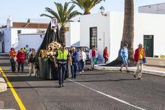 与圣洁玛丽雕象的复活节队伍在Yaiza,兰萨罗特岛 免版税库存图片