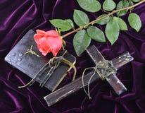 与圣经的十字架和上升了 免版税库存图片