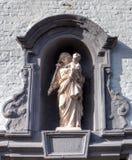 与圣洁的贞女的中世纪适当位置布鲁日/布鲁基,比利时beguinage的  免版税库存照片