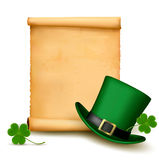 与圣Patricks日帽子的背景有三叶草的。 库存照片