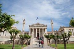 与在一个晴朗的下午期间被采取的它典型的新古典主义的专栏的雅典科学院Panepistimio 免版税图库摄影