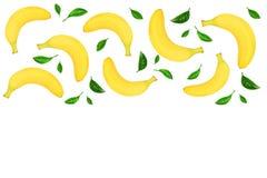 与在与拷贝空间的白色背景隔绝的叶子的整个香蕉您的文本的 顶视图 免版税图库摄影