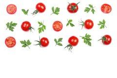 与在与拷贝空间的白色背景隔绝的荷兰芹叶子的樱桃小蕃茄您的文本的 顶视图 平的位置 库存图片