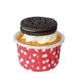 与在与裁减路线的白色背景和曲奇饼的蓬松choco杯形蛋糕隔绝的香草奶油 免版税库存图片