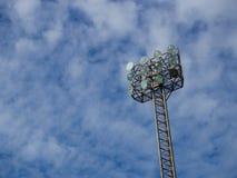 与在体育体育场的高聚光灯塔 库存图片