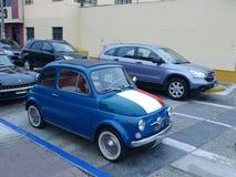 与在利马陈列的意大利旗子的蓝色菲亚特500 免版税库存照片