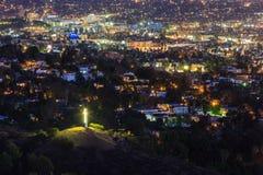 与在十字架上钉死的洛杉矶街市nightscene 免版税库存图片