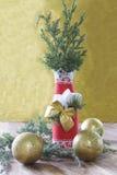 与在圣诞节样式装饰的瓶的圣诞节背景 免版税库存照片