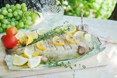 与在地中海样式的鱼比目鱼吃午餐户外 库存照片
