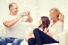 与在家拍照片的照相机的愉快的家庭 图库摄影