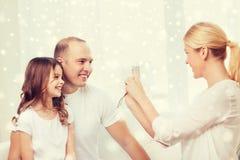 与在家拍照片的照相机的愉快的家庭 库存照片