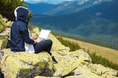 与在山的laptopm一起使用 免版税库存图片