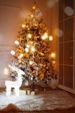 与在底下存在的一棵被点燃的圣诞树 免版税库存照片