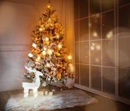 与在底下存在的一棵被点燃的圣诞树 免版税库存图片