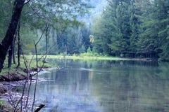 与在底下河的山 库存图片