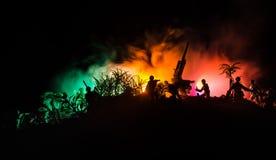 与在战争雾天空背景,世界大战在分类下的战士剪影的一个防空大炮和军事剪影场面战斗 免版税图库摄影