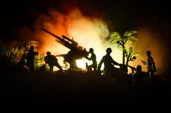 与在战争雾天空背景,世界大战在分类下的战士剪影的一个防空大炮和军事剪影场面战斗 库存照片