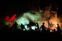 与在战争雾天空背景,世界大战在分类下的战士剪影的一个防空大炮和军事剪影场面战斗 免版税库存照片