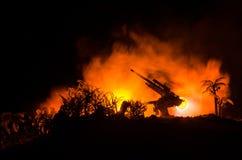 与在战争雾天空背景,世界大战在分类下的战士剪影的一个防空大炮和军事剪影场面战斗 免版税库存图片