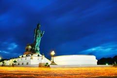 与在手中被点燃的蜡烛的佛教步行在Phutamontho 免版税库存图片