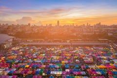 与在日落天空以后的顶视图多个颜色跳蚤市场 免版税库存照片