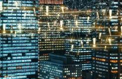 与在晚上被照亮的摩天大楼的惊叹号 免版税图库摄影