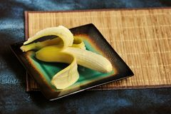 与在板材切除的果皮的香蕉 免版税库存照片