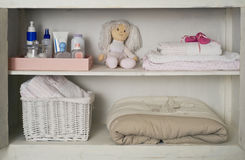 与在架子安置的她的东西的女婴壁橱 免版税库存图片