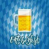 与在标志和一个大啤酒杯的一个平的例证上写字的在巴伐利亚人的背景的慕尼黑啤酒节的梯度横幅 库存例证