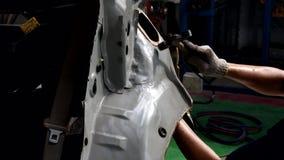 与在汽车制造业的锤子排列金属身体汽车 股票录像