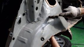 与在汽车制造业的锤子排列金属身体汽车 股票视频