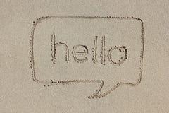 与在沙子你好写的词的讲话泡影 免版税图库摄影