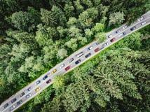 与在沿路上面的繁忙运输困住的多辆汽车的下班时间交通在鸟瞰图下 库存图片