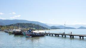 与在海湾停住的小船的美好的风景 库存图片