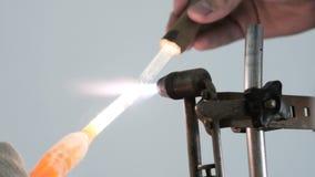 与在火的玻璃一起使用 玻璃被分裂在世袭的社会等级 实验员设置在火的燃烧器 影视素材