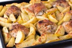 与在烤箱烘烤的鸡的土豆 晚餐的可口盘 免版税库存图片