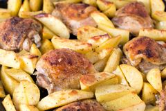 与在烤箱烘烤的鸡的土豆 晚餐的可口盘 库存图片