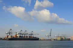 与在甲板堆积的运输货柜的货船 免版税库存照片
