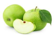 与在白色和切片的绿色苹果隔绝的叶子 免版税图库摄影
