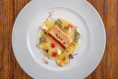 与在白色板材服务的新鲜蔬菜的可口apetizer,现代michelin食物 库存图片