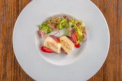 与在白色板材服务的新鲜蔬菜的可口apetizer,现代michelin食物 免版税库存图片