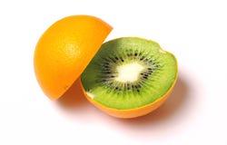 与在白色查出的猕猴桃于的桔子。 免版税库存照片